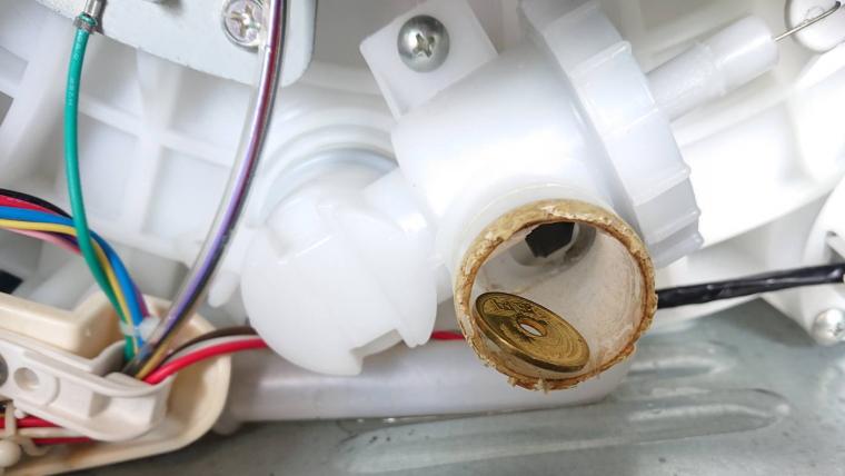 洗濯機の排水弁の中の5円玉