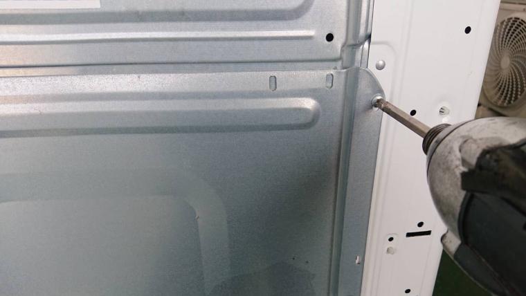 洗濯機の後ろのパネルを外す